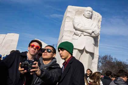 Студенты фотографируются на фоне памятника Мартину Лютеру Кингу
