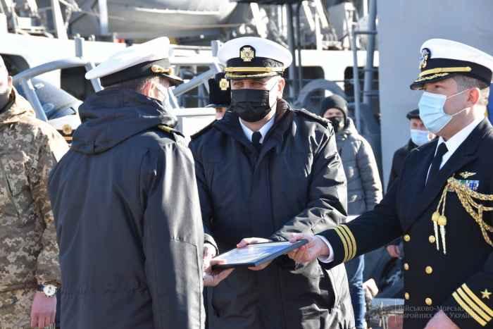Американцы вручают сертификат на надувной плавгандон