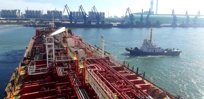 """Chemical tanker """"PK Marit"""" casting off"""