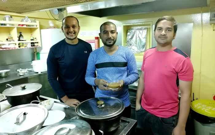 "Messman Vipul Sudhakar Shirsath ""Рефрежиратор"", Messman Rana Roy ""Хари Рама"" и Chief Cook Mohammad Anis"