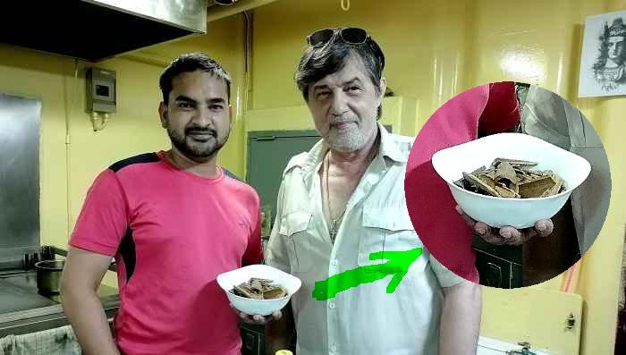 Chief cook Muhammad Anis с нарубленными брёвнами