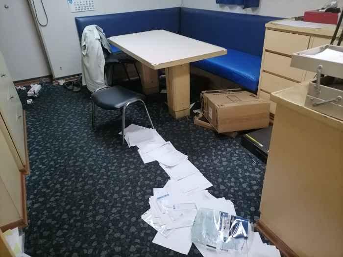 вид от рабочего стола ко входу в каюту