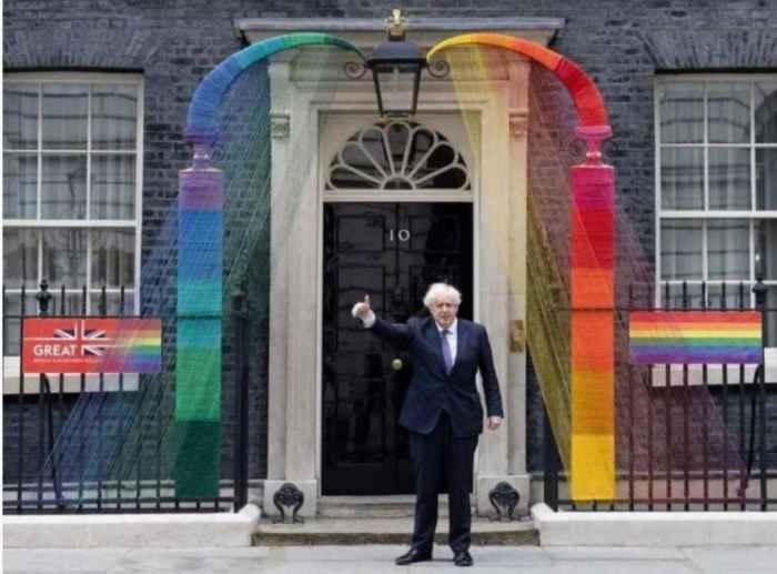 Борис Джонсон на фоне дверей своей штаб-кватртиры на Даунинг-стрит в Лондоне летом 2021 года