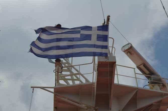 Греческий флаг на мачте
