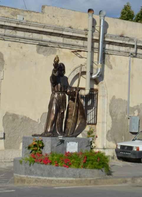 Скульптура на причале рейдового катера