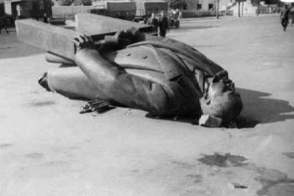Памятеик Ленину разрушенный
