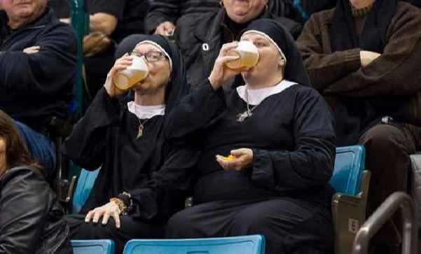 Монашки пьют пиво во время соревнований по керлингу