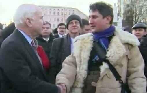 Директор Московской биржи Роман Сульжик и сенатор Джон Маккейн осматривают баррикады Евромайдана