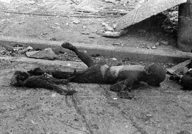 Сгоревшие от огня американских зажигательных бомб жители Токио