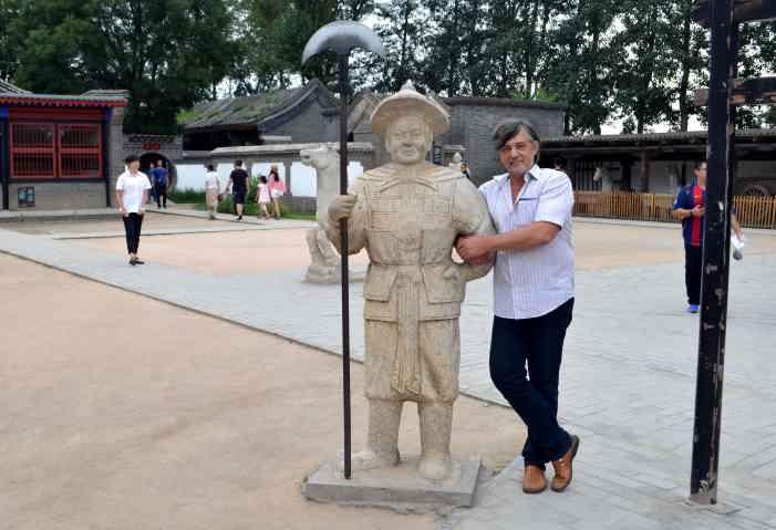 Капитан Никольский с китайским стражником