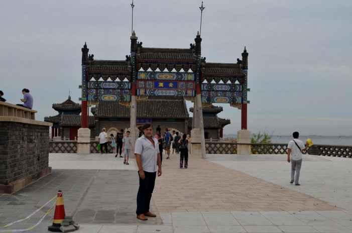 апитан Никрльский у Храма китайского Посейдона
