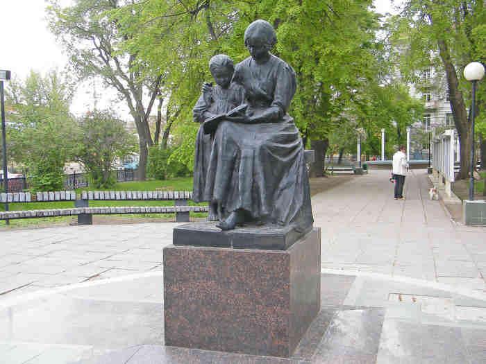 Памятник первой учительнице в Саратове