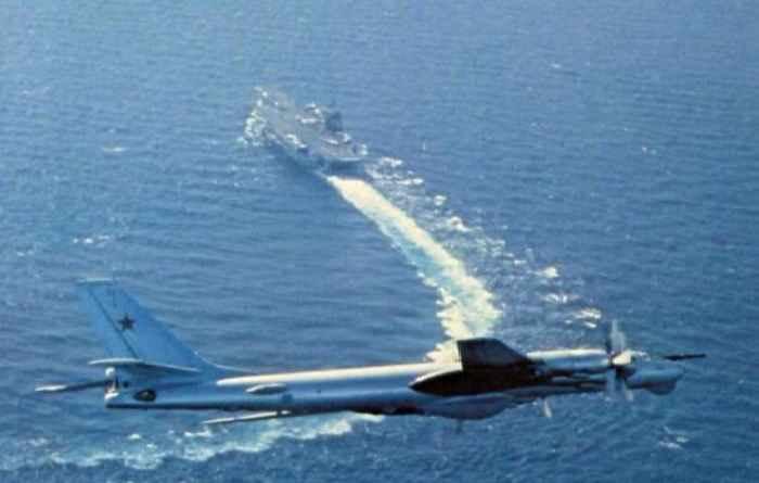 Ту-95 над американским авианосцем