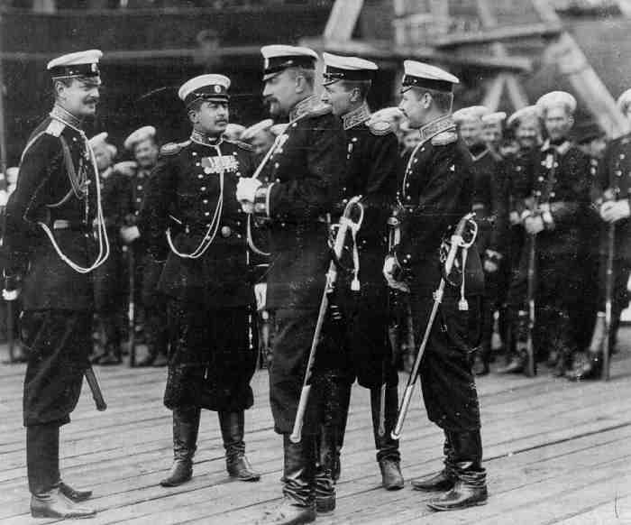 Великий князь Кирилл Владимирович с офицерами и матросами Гвардейского экипажа