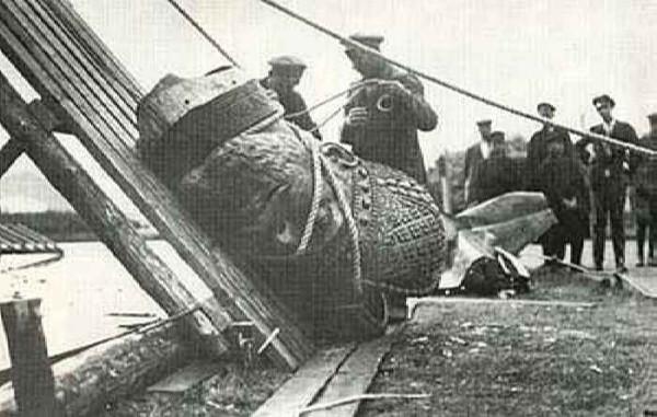 Большевики у поверженного памятника Александру III