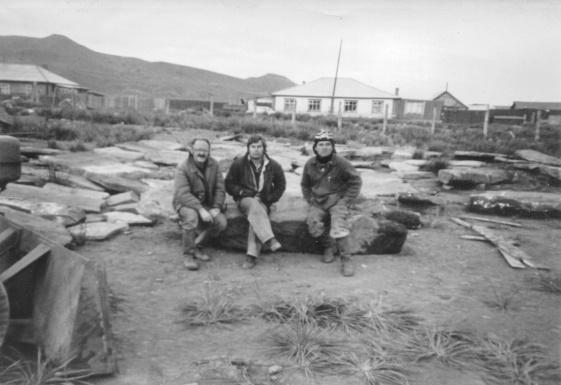 Д.Г.Савинов с рабочими Сашей и Володей на сборе тагарских плит для Полтаковского стелария