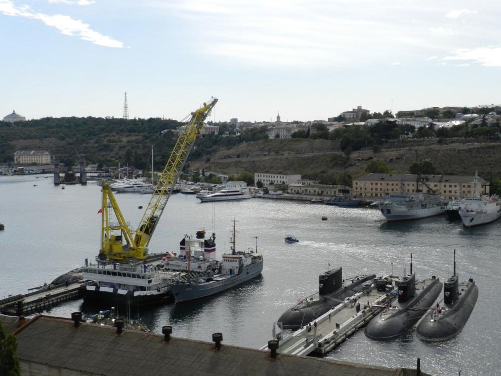 """Погрузка калибров на подводную лодку """"Новороссийск"""" в Севастополе"""