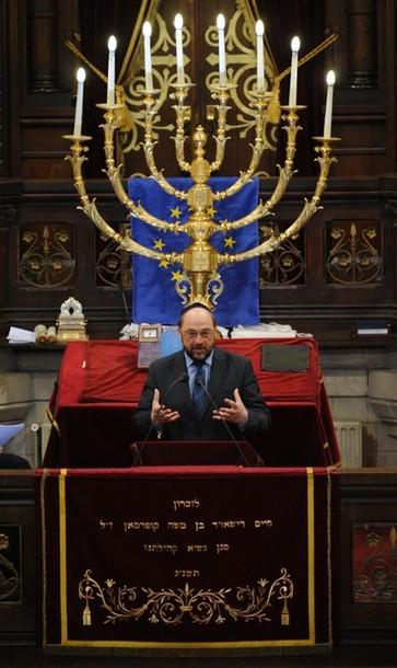 НА ФОТО: Президент Европарламента Мартин Шульц выступает перед европейскими лидерами и представителями еврейских общин Европы на церемонии в Центральной синагоге Брюсселя
