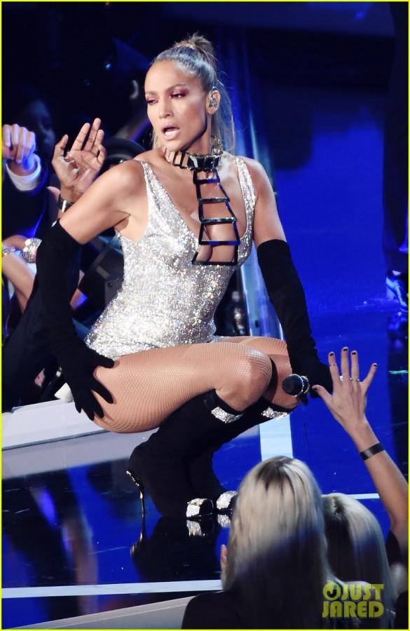 jennifer-lopez-shows-off-big-booty-at-fashion-rocks-04