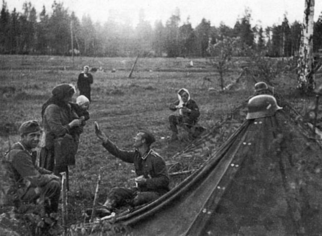 Немецкий солдат делится едой с русским ребенком