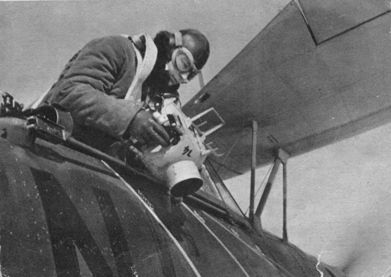 Летчик-наблюдатель немецкого самолета-разведчика Хеншель Hs.126 производит фотосъемку местности
