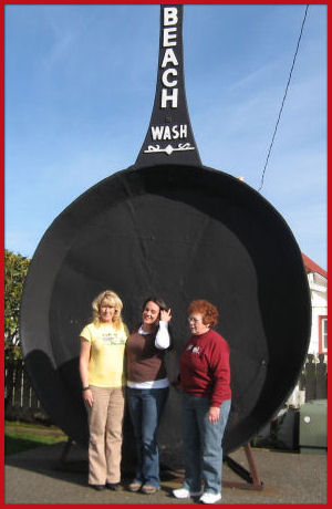 Marilyn, Jessica and sister Sue - giant fry pan in Long Beach, Washington