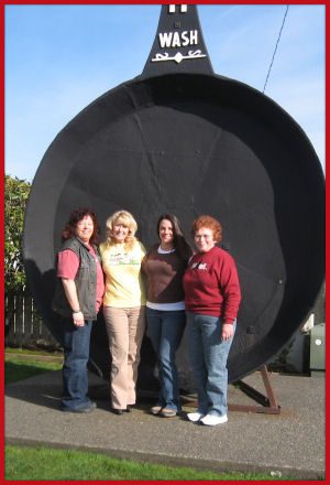 Charlie, Marilyn, Jess and sister Sue -- giant fry pan in Long Beach, Washington