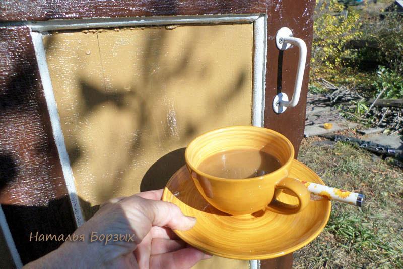 сличаю цвет кофе и двери