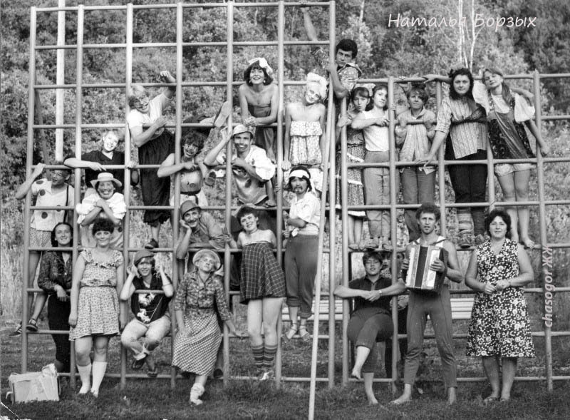 """этот весёлый люд - вожатско-воспитательский персонал лагеря, на праздновании """"ярмарки"""", 1980 год."""