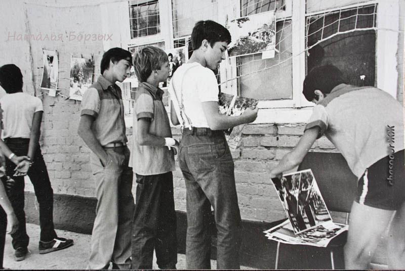 фотовыставка возле лагерного клуба, 1983 год