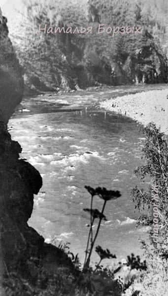 река Малая Ульба и Вороний камень над ней