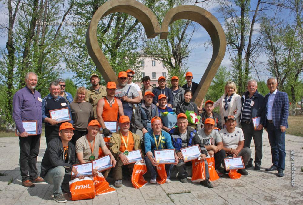 все участники с мэром Свирска Владимиром Орноевым и членами жюри в парке на аллее скульптур