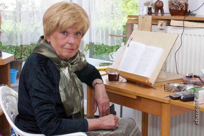 фото из интернета. Иоанна Хмелевская за чтением - у неё такая же подставка для книг, как у меня.