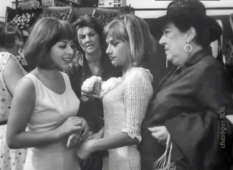 слева - авторша, в рыночном эпизоде