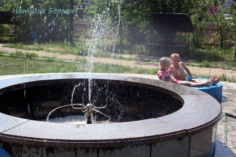 приятно искупаться в брызгах фонтана