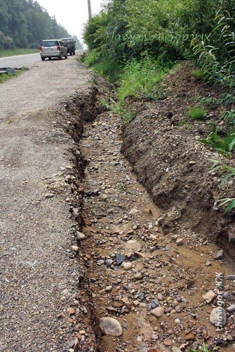 дождевой поток шёл вдоль дороги