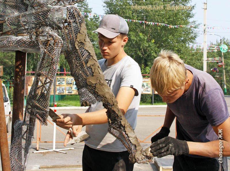волонтёры наносят раствор на фигуру режиссёра