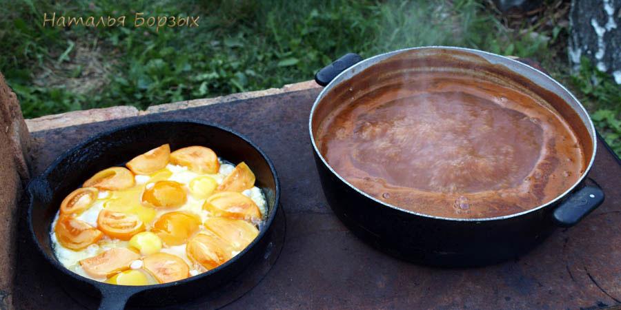 яичница жарится и соус варится
