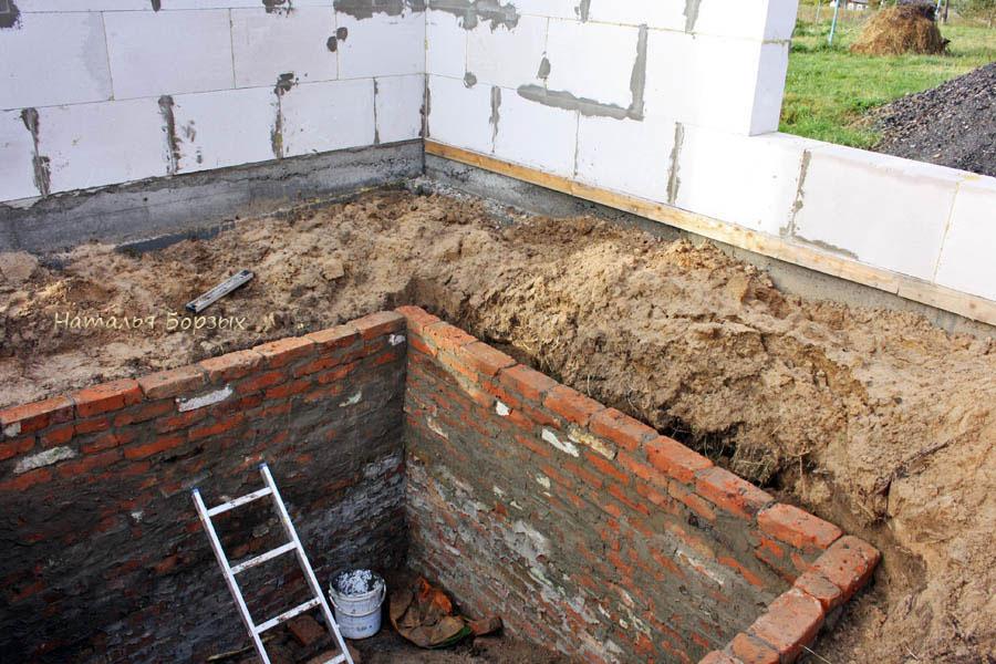 строится летний дом с погребом