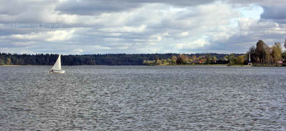 вид с дамбы на озеро