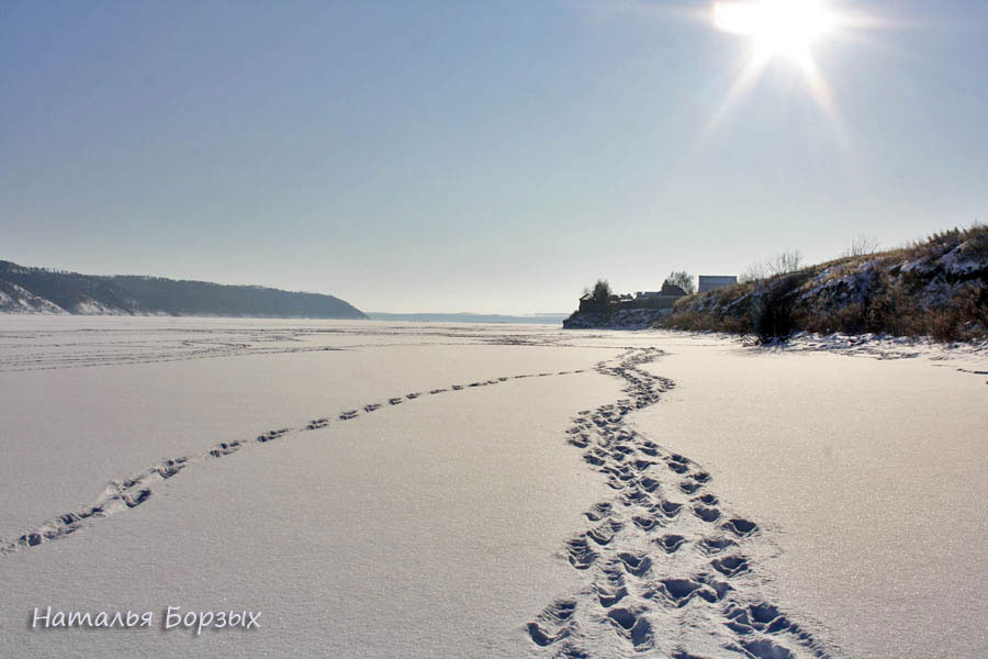 Ангара замёрзла, и покрыта снегом