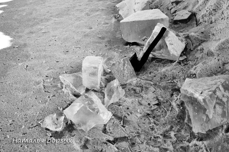 лёд на обочине рядом с прорубью