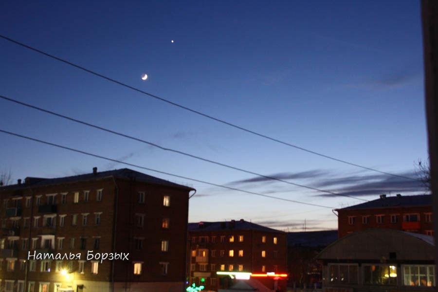 молодая Луна с Венерой над городом