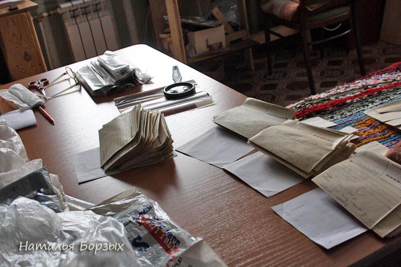обеденный стол занят теперь архивами