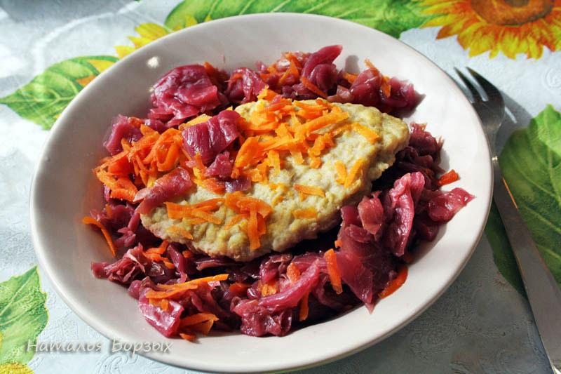 шницель и тушёная морковь с квашеной капустой