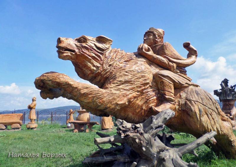 лужайка с деревянными скульптурами