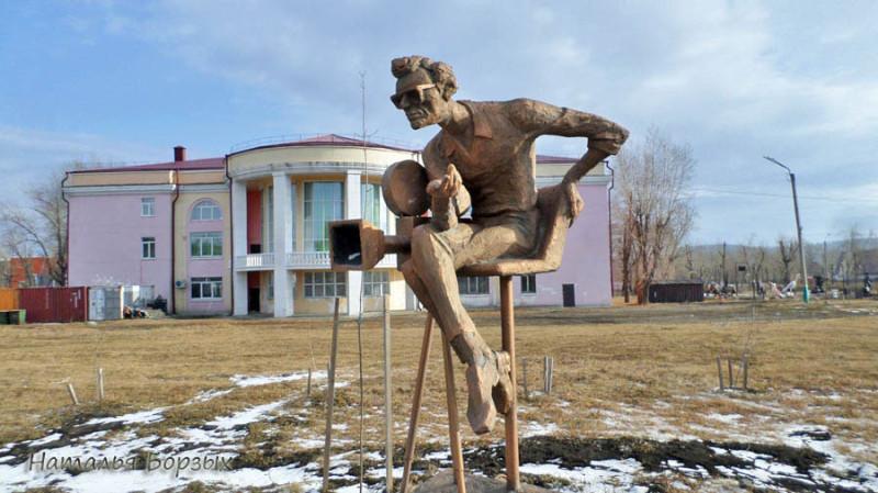 скульптура Леонида Гайдая (автор Евгений Тимкович), которую не взяли в Иркутске, нормально устроилась в Свирске