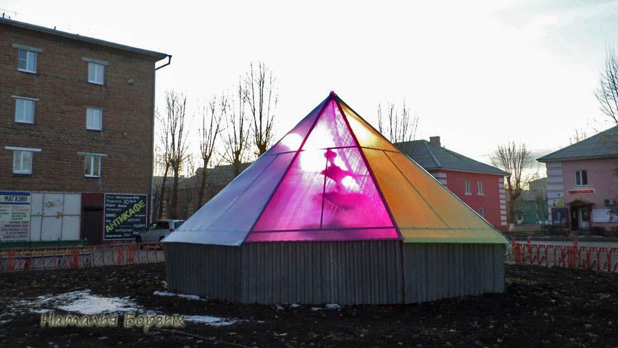 фонтан закрыли на зиму цветным поликарбонатом