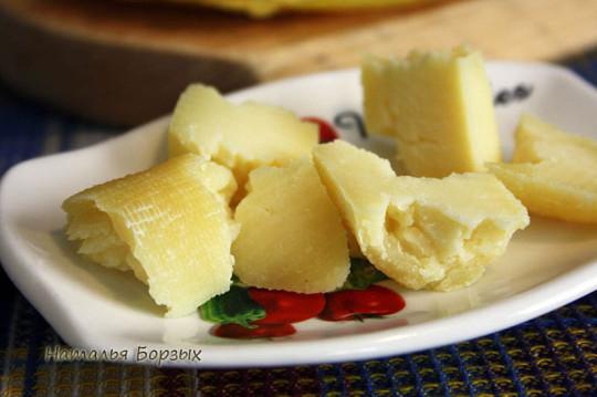 с краёв сыр сухой и ломкий