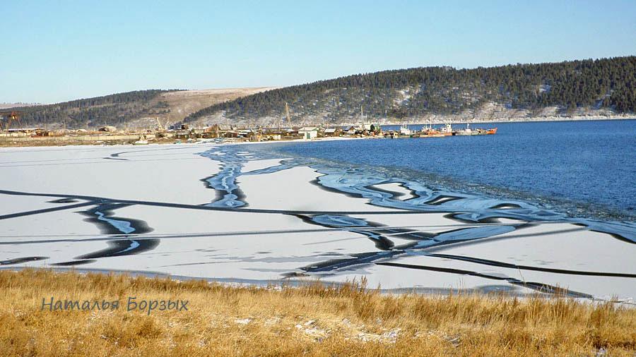 залив затягивается льдом
